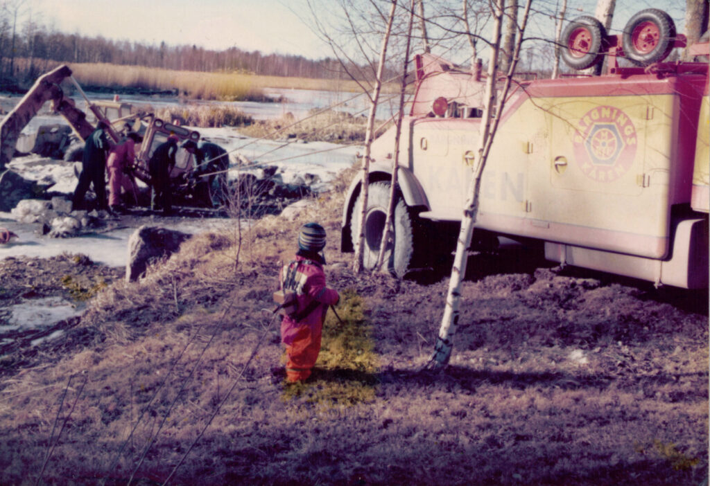 Robert under utbildning, traktor genom isen