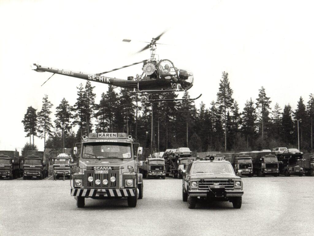 Helikopter hovrar över bärgare